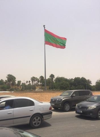Le plus grand drapeau national sur les ruines du Sénat